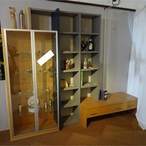 1 Vitrine m. Regal und Multimedia-Rack